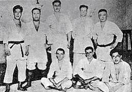 Foto clássica de uma turma do Maeda com Takeo Yano em pé (primeiro a esquerda)