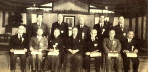 Reunião no Kodokan em 1954, Kanemitsu ao centro na linha de trás. Oda é o segundo da esquerda para a direita na linha da frente. Risei Kano ao centro na linha frontal, com Mifune ao seu lado.
